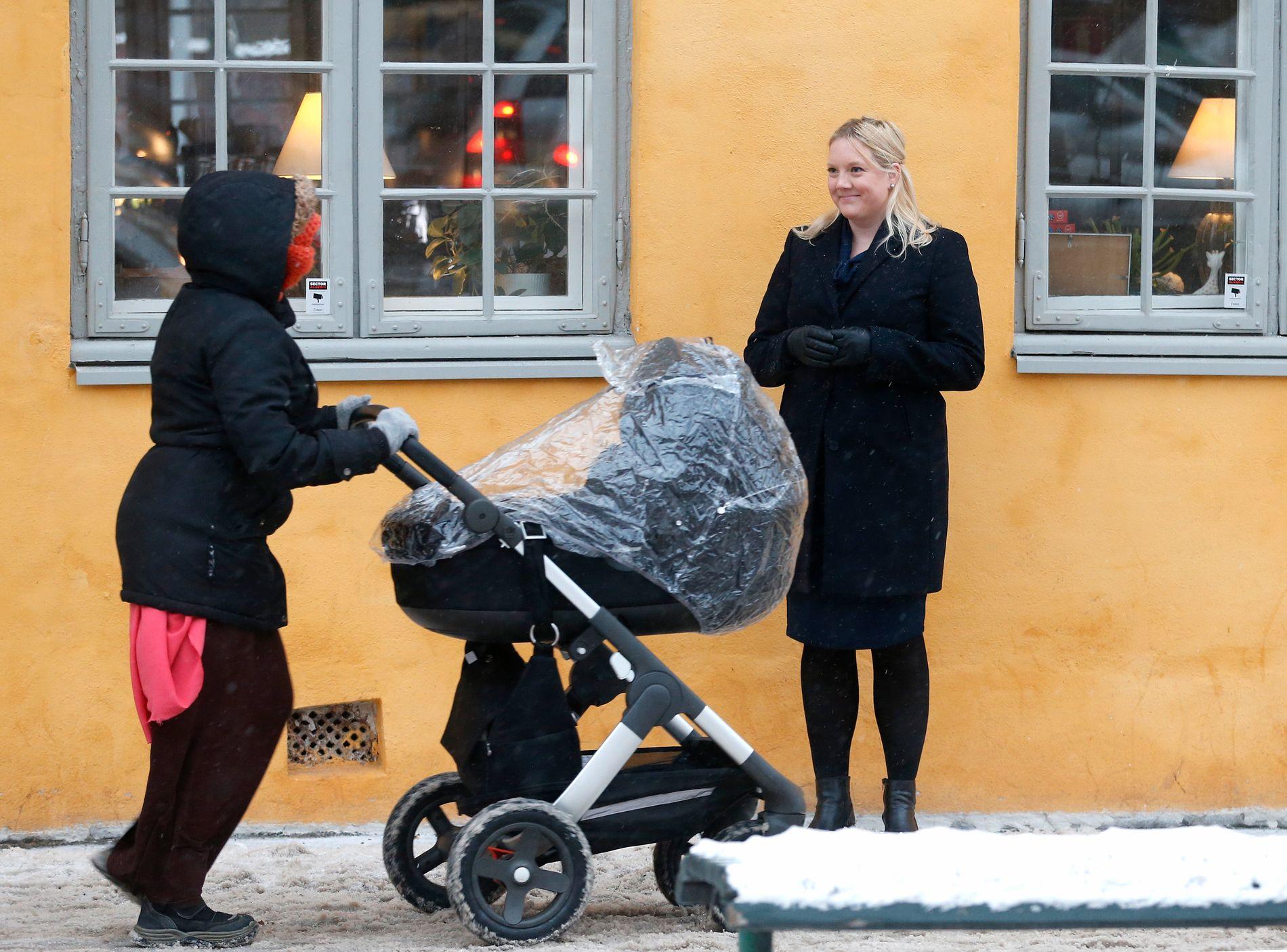 PÅ GRØNLAND: Aina Stenersen (til høyre) konstaterer at en del mødre holder barna hjemme og mottar kontantstøtte for barn som er i typisk barnehagealder. Her er hun avbildet på Grønland i Oslo sentrum med en tilfeldig forbipasserende i forgrunnen.