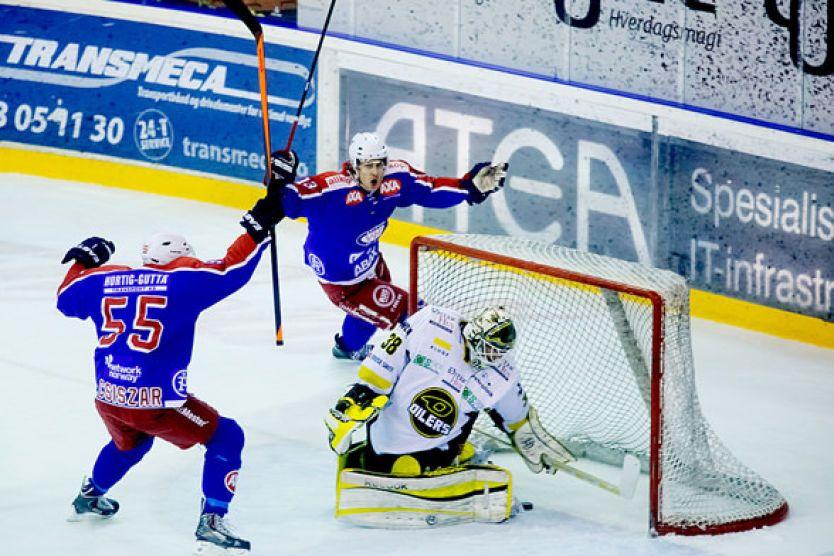 4-0-MÅLET: Vålerengas Sondre Olden setter inn 4-0 mot Stavanger Oilers keeper Henrik Holm under den avgjørende seriefinalen i ishockey på Jordal Amfi tirsdag kveld. Her jubler han med Eric Chouinard. Foto: Kyrre Lien