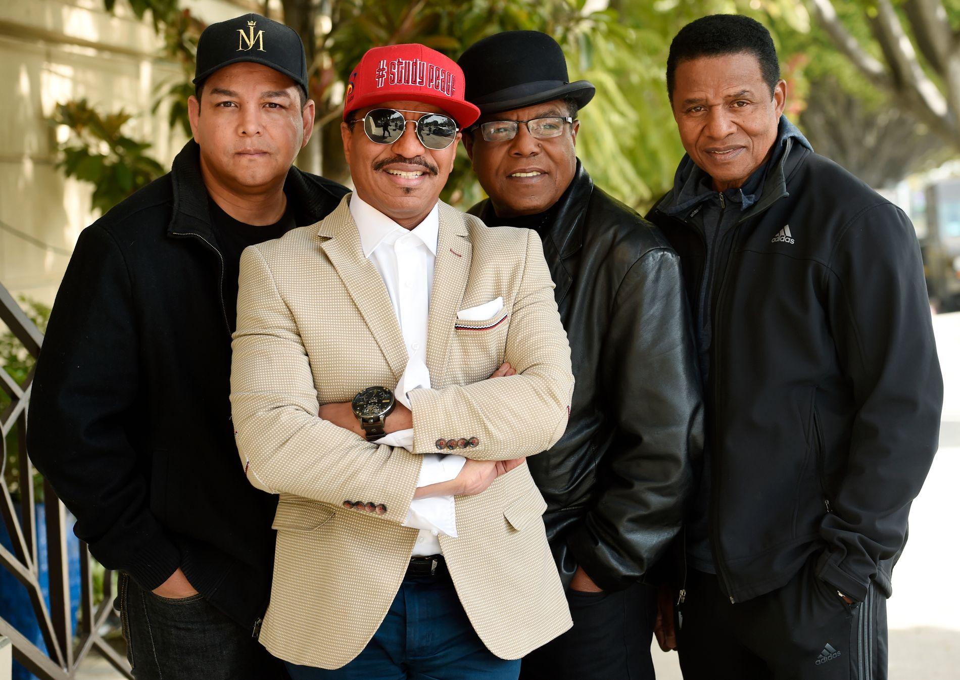 FORSVARER: Michael Jacksons nevø Taj (t.v.) og brødre Marlon, Tito og Jackie.