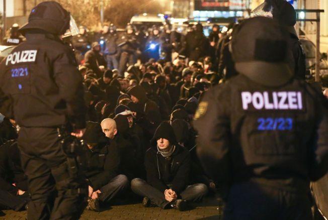 DEMONSTRASJONER: Etter at over 500 kvinner anmeldte overfall, mange av dem seksuelle, i Køln og andre tyske byer nyttårsaften, har det vært demonstrasjoner mange steder i Tyskland. Flere asylsøkere etterforskes etter overfallene. Her demonstrerer ytre høyre organisasjonen PEGIDA i Leipzig.