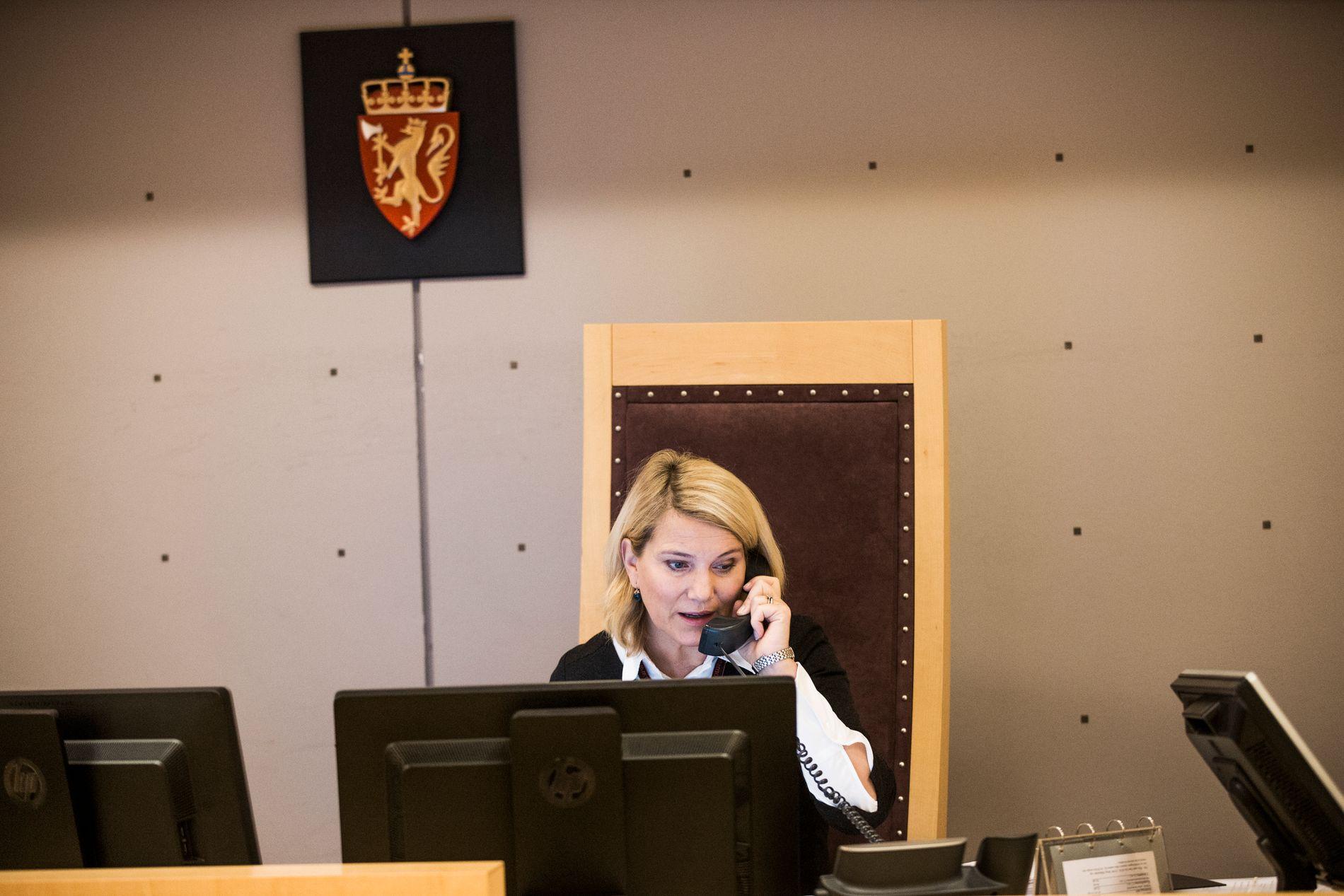 TINGRETTSDOMMER: Anne Margrete Katteland (49) sier at det ikke slo henne at kjennskapet til et medlem i Oppsal Idrettsforening kunne ha betydning for vurderingen av hennes habilitet. Her er hun fotografert under et fengslingsmøte for Mulla Krekar i Oslo tingrett i desember i fjor.
