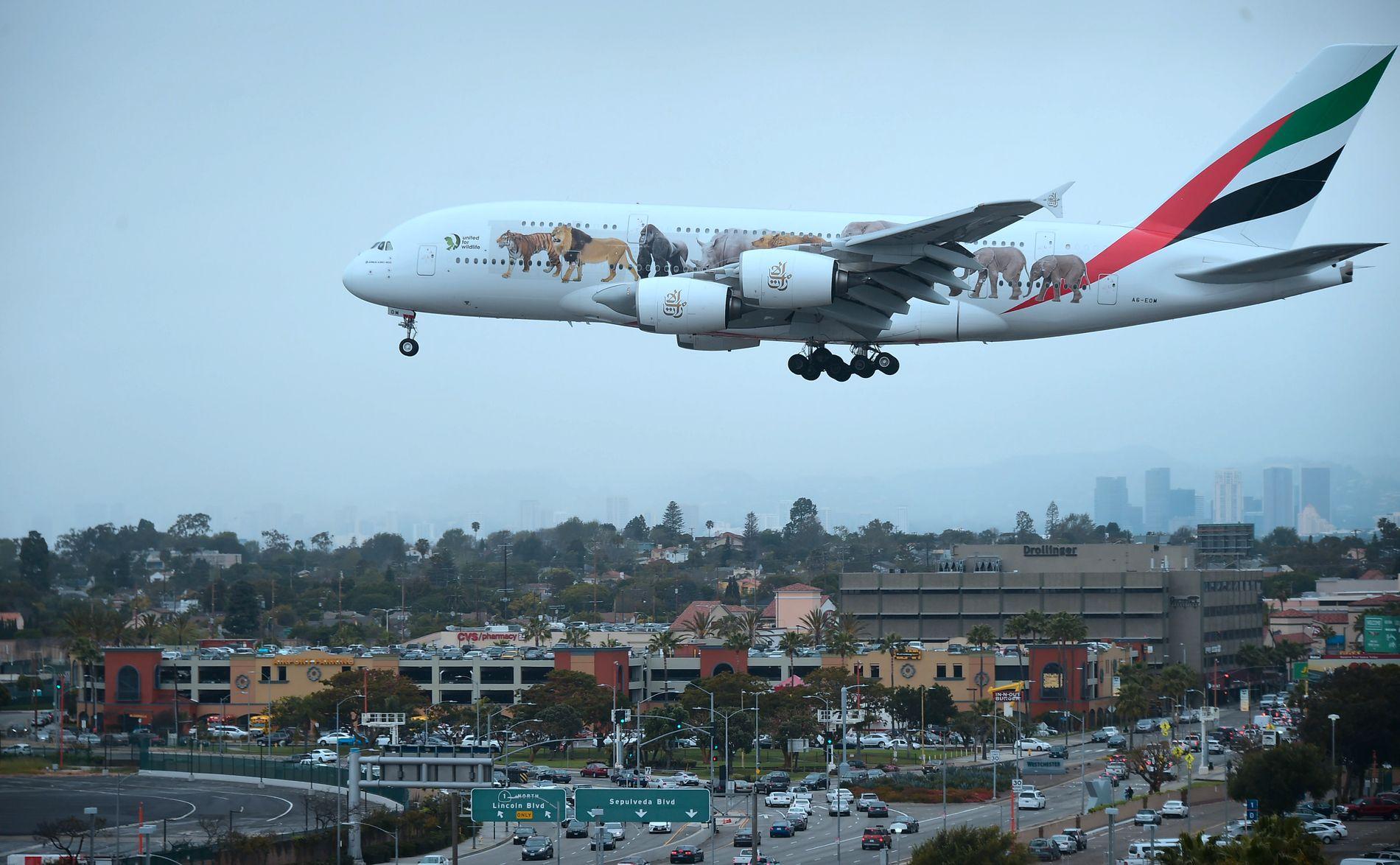 RAMMES: Et Emirates Airlines-fly fra Dubai kommer her inn for landing på flyplassen i Los Angeles.