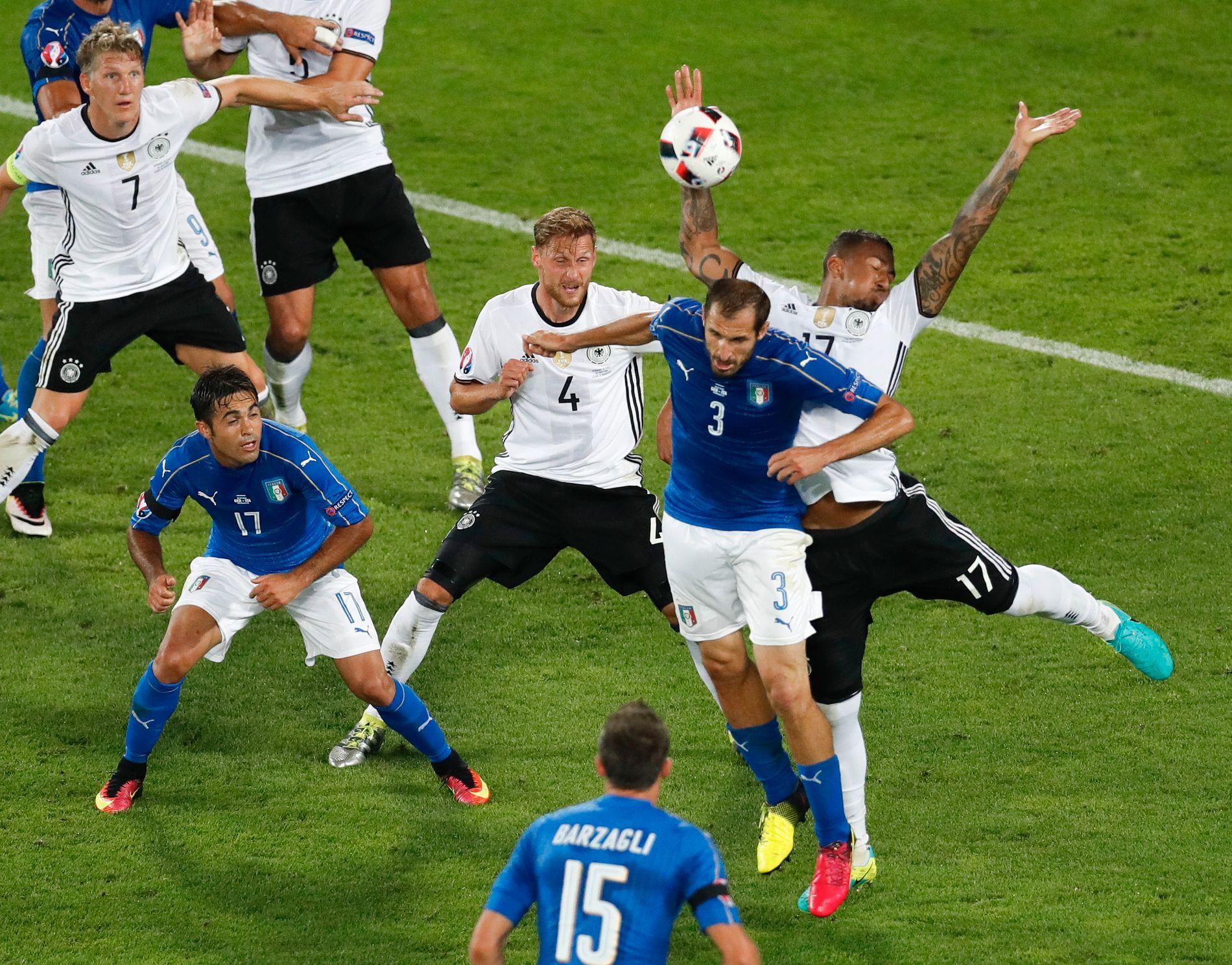 LAGET STRAFFE: Her handser tyske Jérôme Boateng, i duell med Italias Giorgio Chiellini, og lager straffespark til Italia under EM-kvartfinalen.