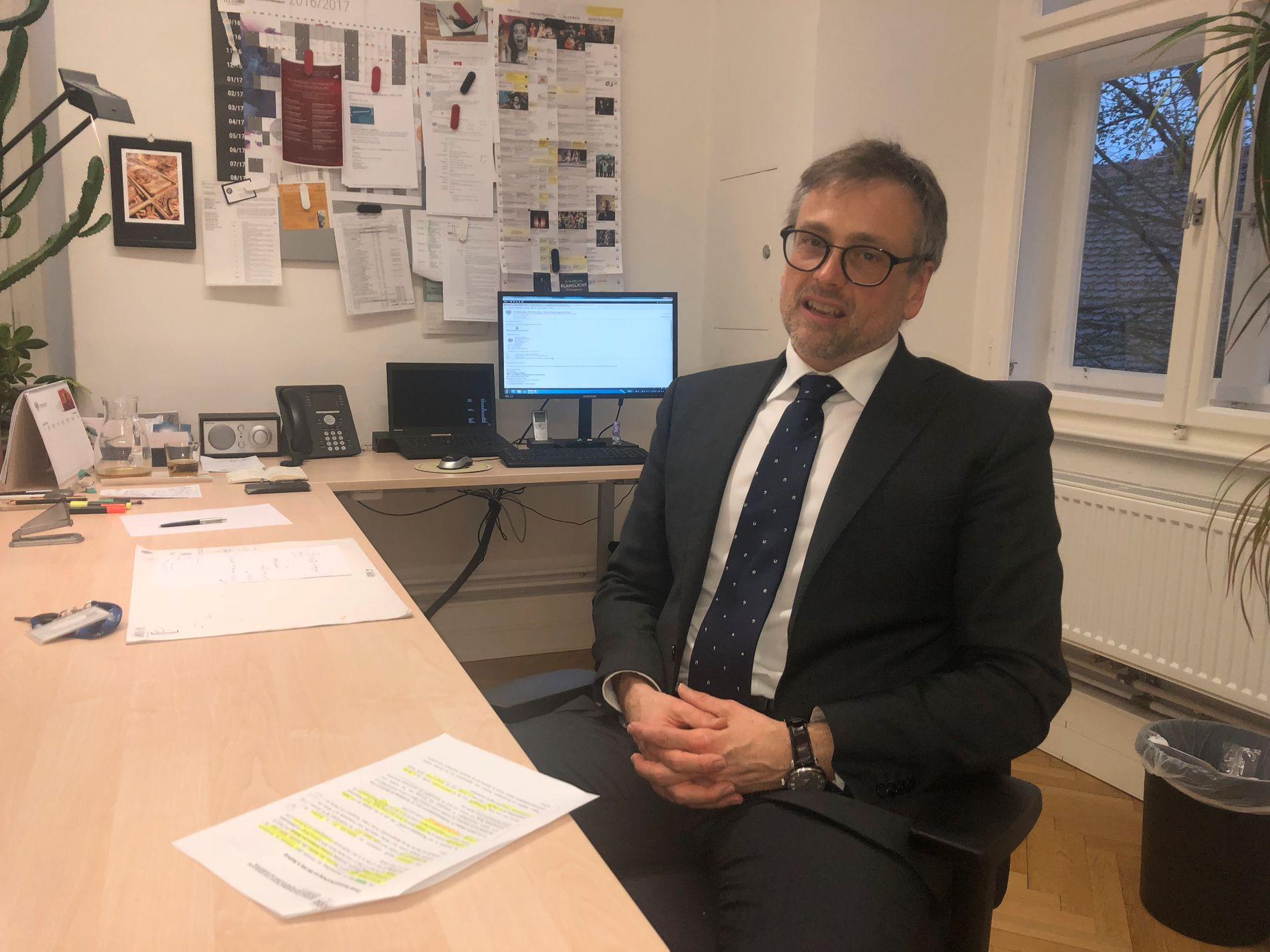 ETTERFORSKER: Statsadvokat Konrad Kmetic på sitt kontor i Graz torsdag kveld.