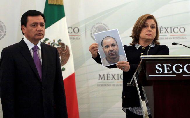 Mexicos justisminister Arely Gomez Gonzalez viser fram et nyere bilde av narkobaronen Joaquin 'El Chapo' Guzman, med Mexicos innenriksminister Miguel Angel Osorio Chong ved sin side.