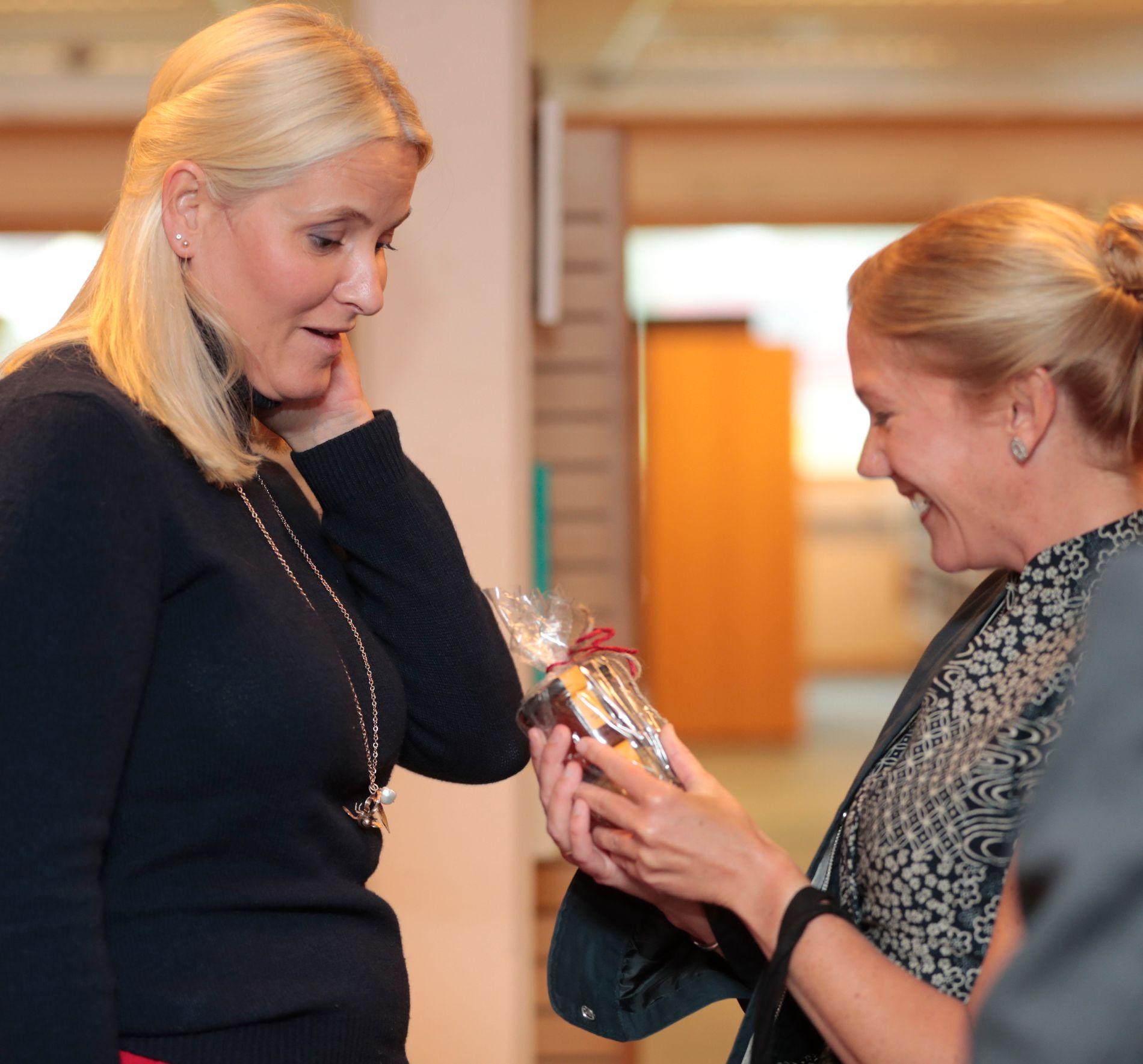 GA GAVE: Kronprinsesse Mette-Marit intervjuet Maja Lunde om den internasjonale bestselgerromanen «Bienes historie» på første stopp i Bø i Telemark. Det er ikke ofte Kronprinsessen selv gir gaver, men her gir hun Lunde honning fra Dronningparken og Kongsgården.