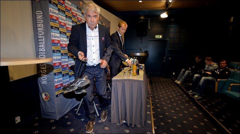 FERDIG? Egil Olsen, som her forlater Ullevaal-podiet etter Sveits-kampen. Foto: Bjørn S. Delebekk