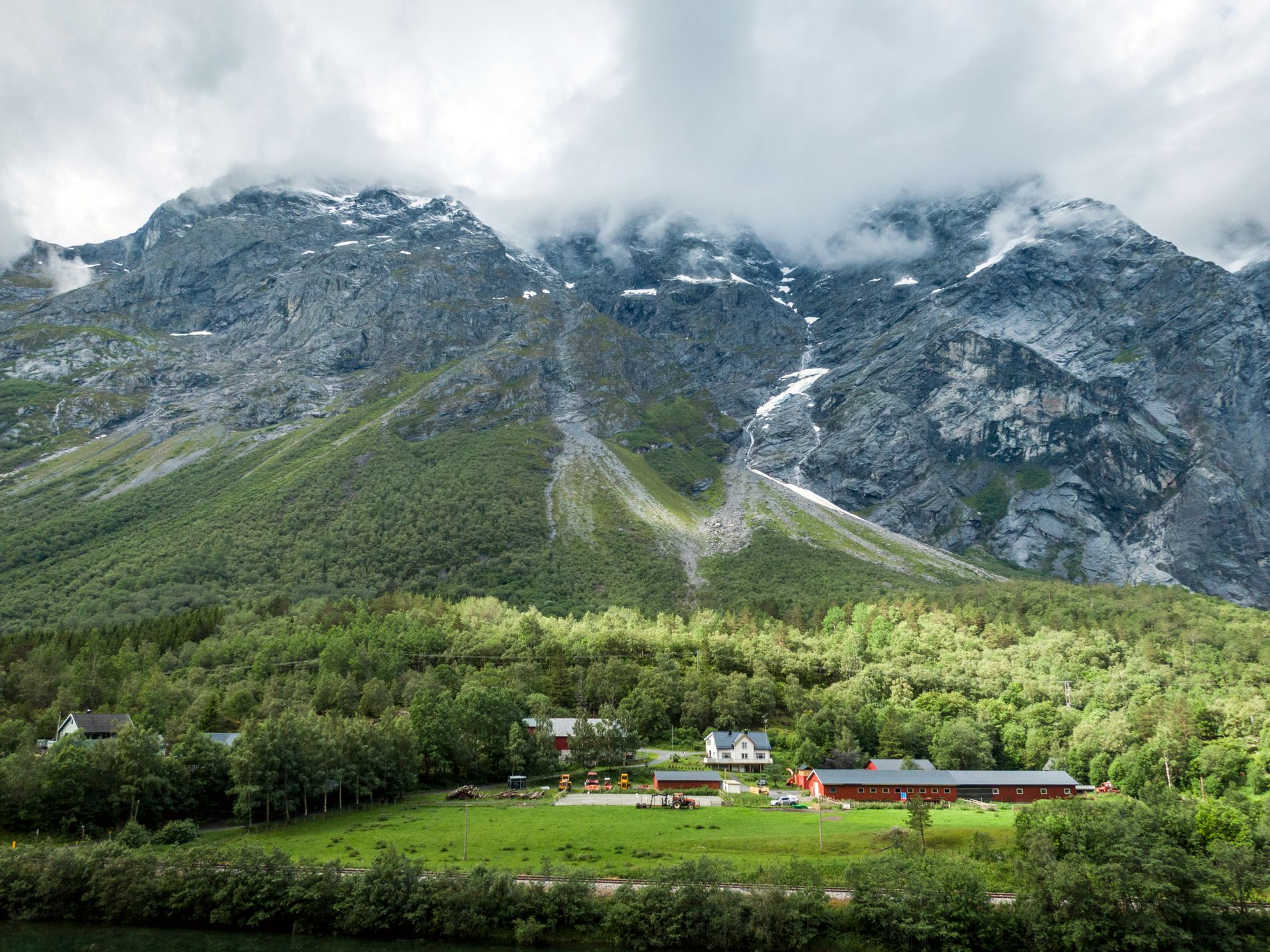 VAKKERT: Fjellet Mannen fascinerer turistene på vei mot Åndalsnes.