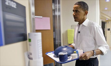 VIL GJØRE OM: Barack Obama ønsker å endre dagens helseregler i USA. Her er han på vei inn på et sykehusrom under valgkampen 10. juni 2008 på Barnes-Jewish Hospital i St. Louis. Foto: AP