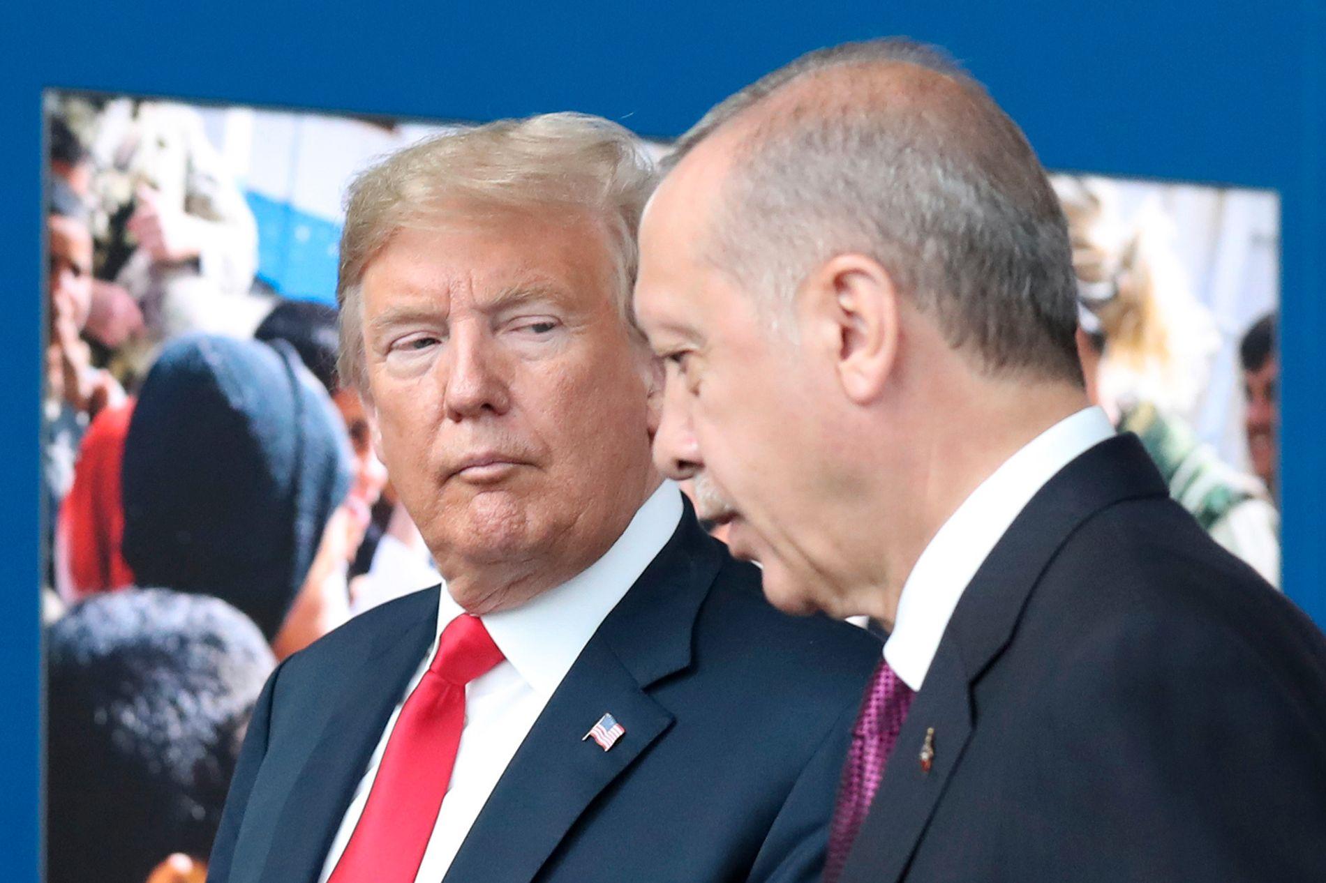 ANSTRENGT: Forholdet mellom USA og Tyrkia har vært anstrengt de siste årene. Den amerikanske presidenten Donald Trump har forsøkt å bedre forholdet til sin tyrkiske motpart Recep Tayyip Erdogan. Her er de to under et NATO-møte i juli 2018.