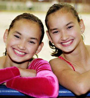 TIDLIG UTE: Camilla (t.v) og tvillingsøster Anne Line ble allerede som 12-åringer plukket ut til et spesielt kunstløpprosjekt i regi av Olympiatoppen. Her de to sammen for åtte år siden. Kunstløptvillingene fyller 21 år den 6. januar.