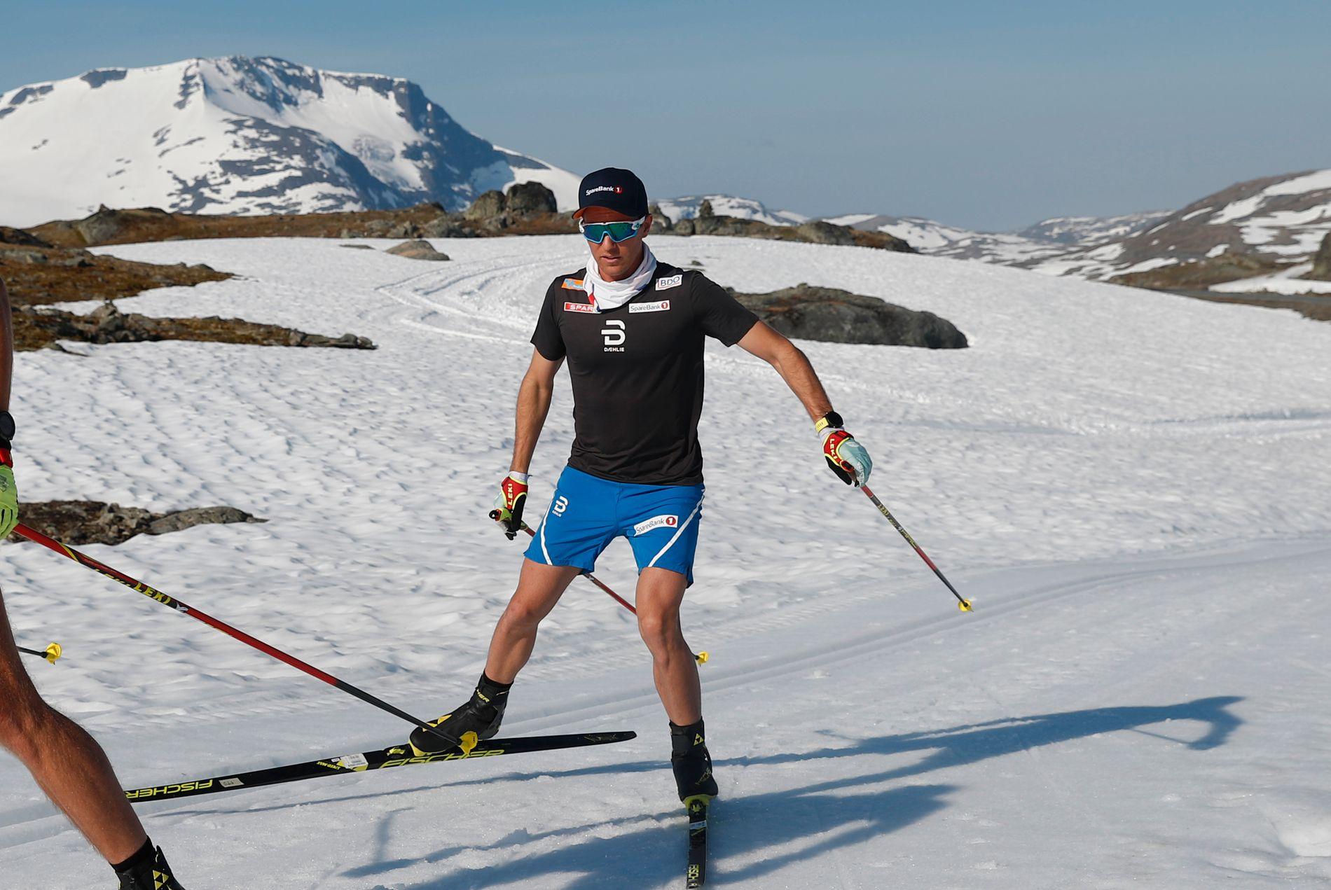 KLAGER IKKE: OL- og VM-gullvinner Didrik Tønseth merker fortsatt at han falt på rulleski for ni måneder siden. Men han suser videre. Her på Sognefjellet i slutten av mai.
