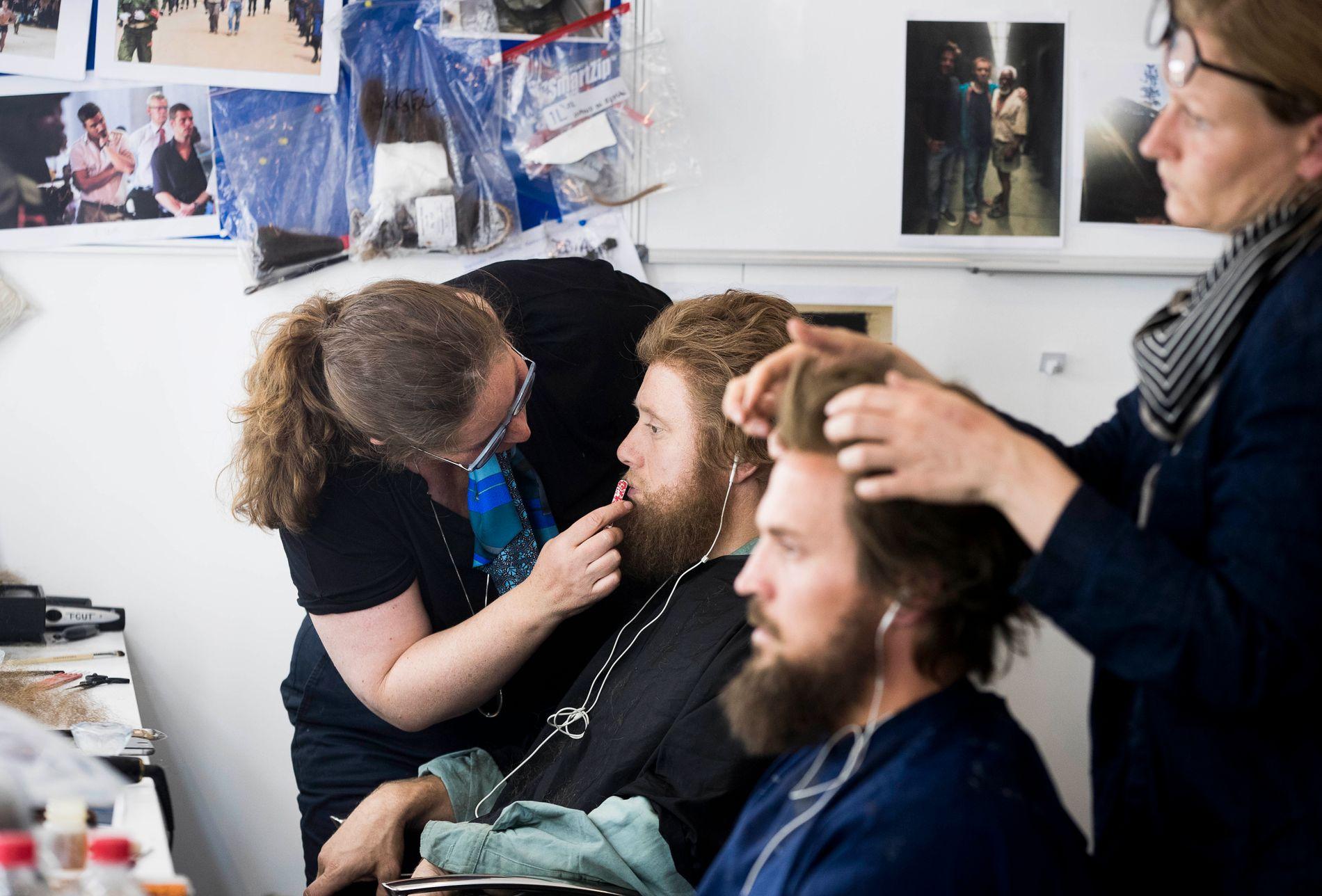 HÅR OG SKJEGG: Aksel Hennie (t.v.) og Tobias Santelmann går fra korthårede og glattbarberte til langhårede og skjeggete i løpet av samme innspillingsdag. Her legger sminkør Bjørg Serup siste hånd på verket.