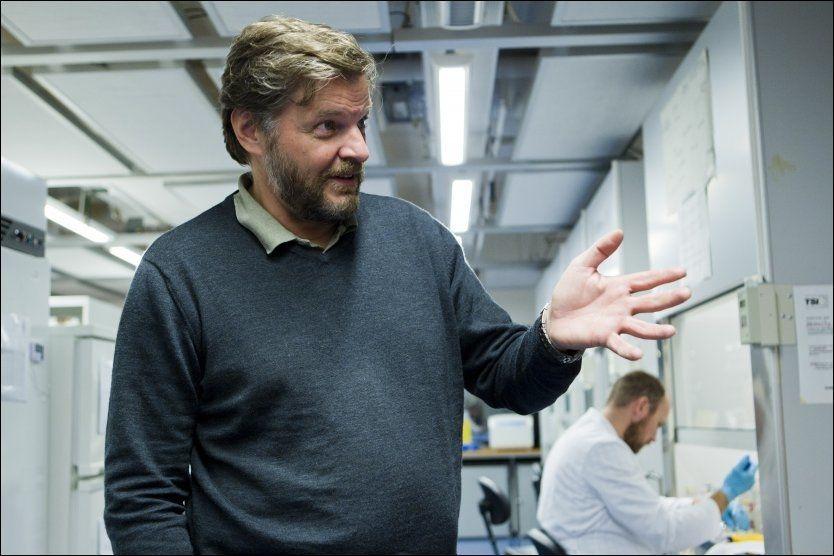 5512 REAKSJONER: Steinar Madsen, medisinsk fagdirektør i Legemiddelverket, sier til sammen 1270 personer har meldt om 5512 reaksjoner etter å ha tatt svineinfluensavaksinen. Foto: Berit Roald/SCANPIX