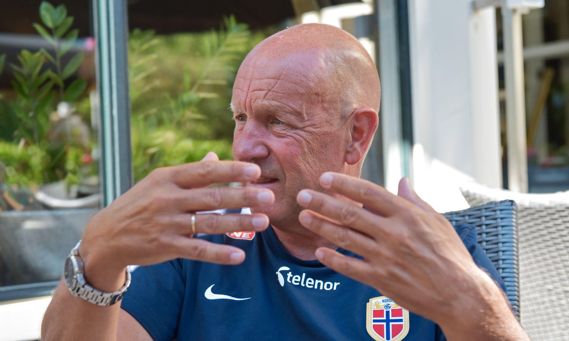 MANER TIL REALISME: Toppfotballsjef Nils Johan Semb mener Norge bør ha med lag i Europa League. Her fra Nederland, hvor han så Norge ryke ut av EM før sluttspillet.
