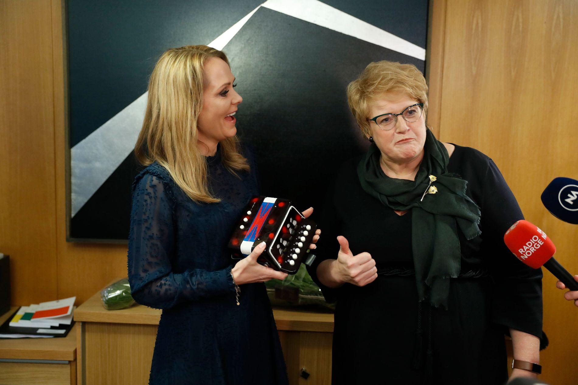 STYRER IDRETTEN: Trine Skei Grande (til høyre, men fra Venstre) har erstattet Linda Hofstad Helleland (til venstre, men fra Høyre) som kulturminister.