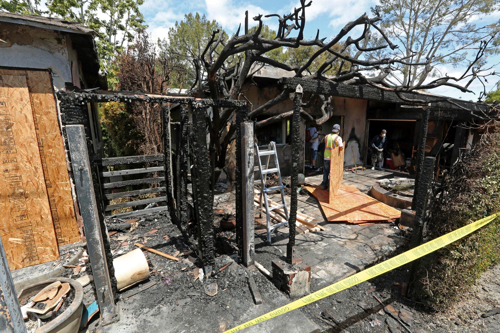 OPPRYDDING: Oppryddingen etter brannen i huset som Gunilla Persson leide og naboens hus, er i full gang etter brannen natt til torsdag.
