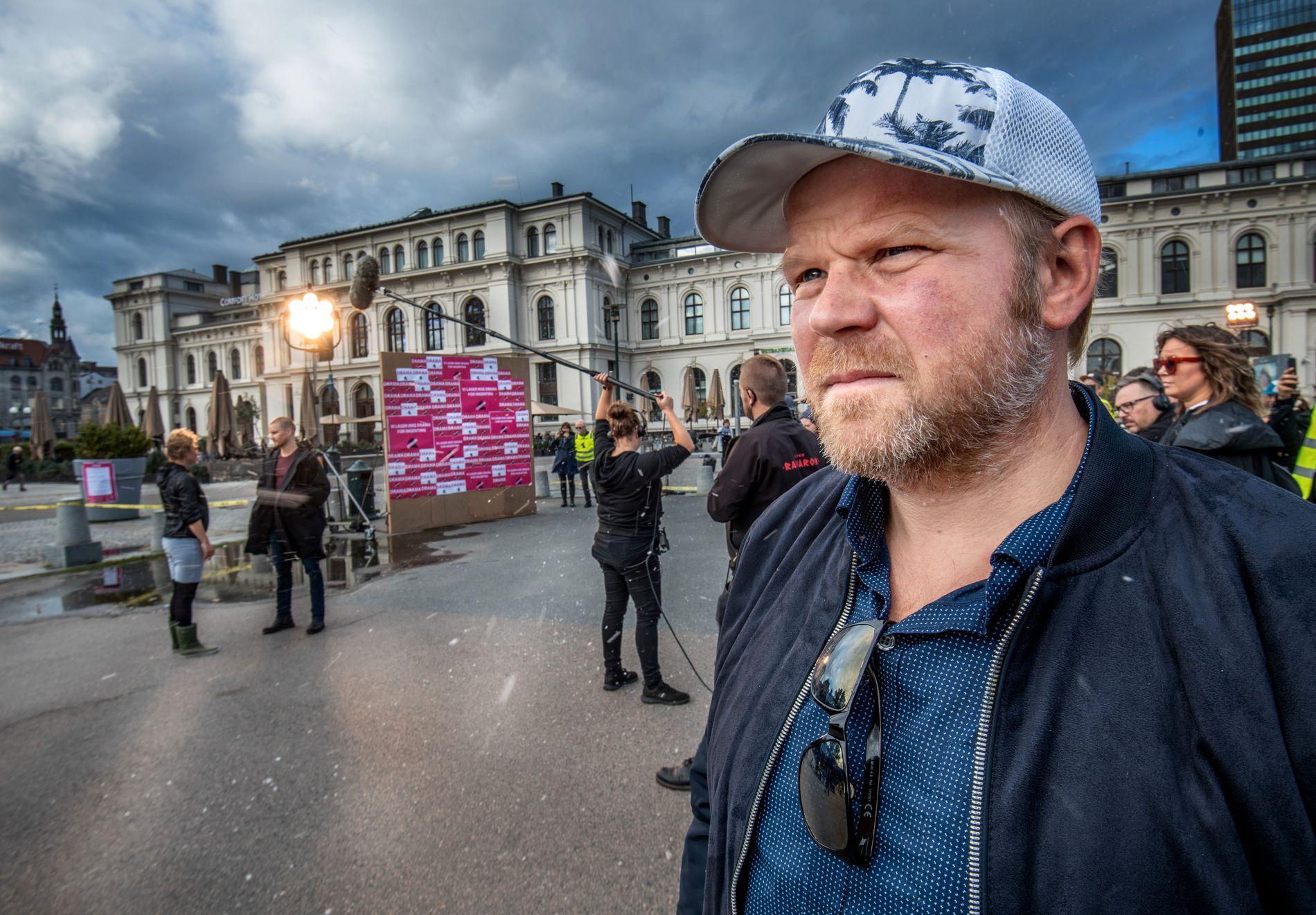 STREIKESTØTTE: Anders Baasmo Christiansen på streikestanden til Norsk Filmforbund ved Oslo Sentralstasjon mandag ettermiddag.