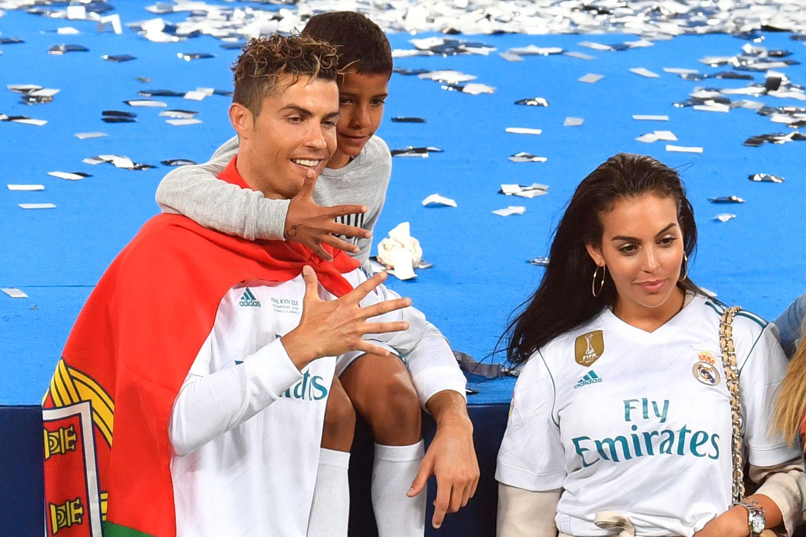 ALLE GODE TING: Ronaldo, Cristiano Jr. og Rodriguez poserer etter at Real Madrid vant Champions League-finalen mot Liverpool 26. mai.