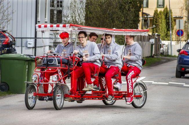 DRAR DAMER: Russegjengen forteller at sykkelen er en damemagnet, men innrømmer at det er litt vanskelig å tilby skyss.