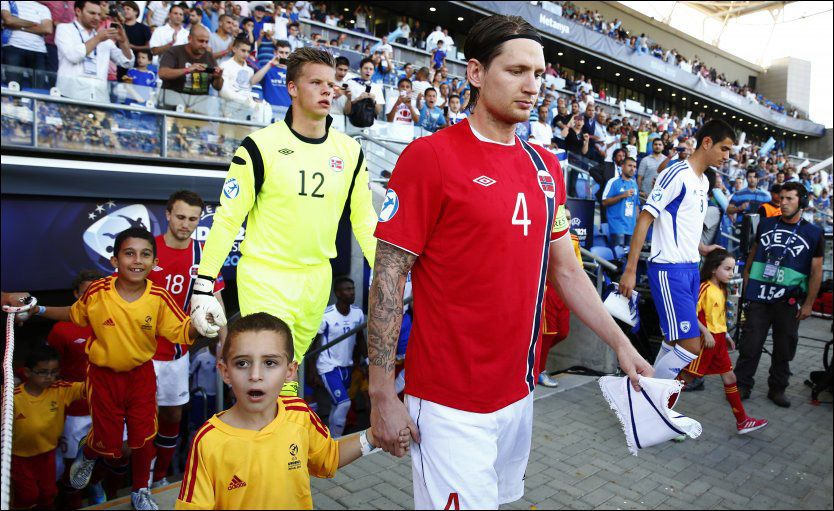 EKSTRA ÆRE: Ørjan Håskjold Nyland og Stefan Strandberg fikk en ekstra hederbevisning fra UEFA da de ble tatt ut i All Star-troppen. Her fra åpningskampen mot Israel. Foto: NTB Scanpix
