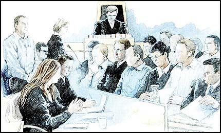 GA ORDRE: Den 30 år gamle, angivelige gjenglederen (stående t.v.) skal ha besørget det som ble drapet på Zia Anwar. Den 28 år gamle kvinnen (foran) skulle beskyttes. De sitter sammen med forsvarerne Jan Erik Teigum og Ole Petter Drevland. Aktor, statsadvokat Stina Sveier Nielsen, står ved mikrofonen, mens tingrettsdommer Odd Douzette lytter fra sitt podium. Sittende på første rad (fra v.): advokatene Ole A. Rasmussen, Jonny Sveen og Ellen Holager Andenæs med sine respektive klienter. Knut Smedsrud nederst til høyre er med Andenæs. Foto: HARALD NYGÅRD og NICOLAI PREBE