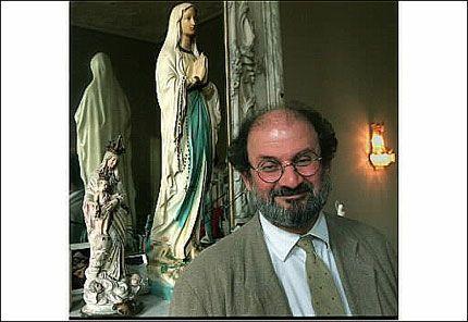 LEVER MED DØDSTRUSSEL: Forfatter Salman Rusdie har levd med en døDsordre hengende over seg etter at det i 1989 ble utstedt en fatwa om at han skulle tas av dage. Foto: EPA