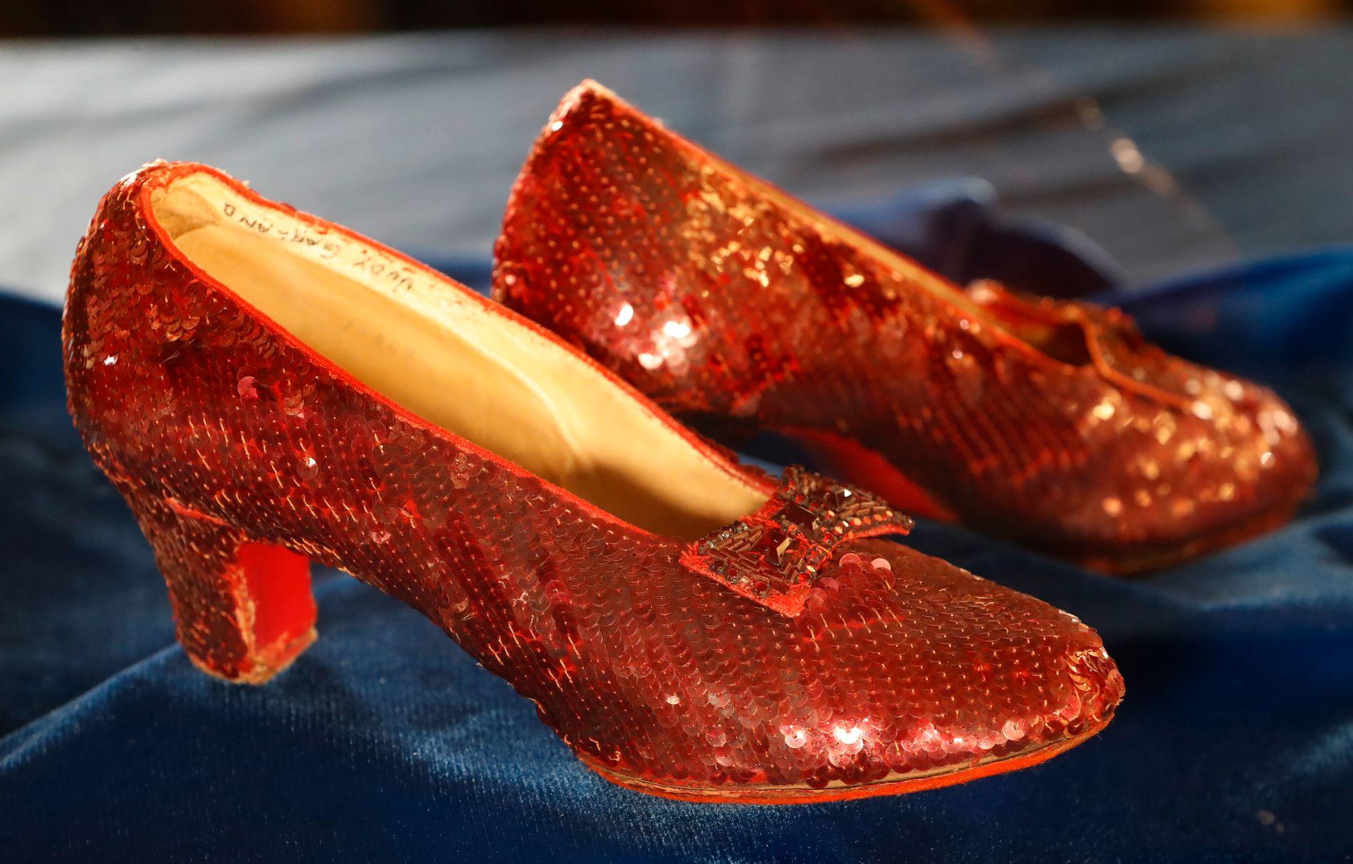FUNNET: De røde skoene er kommet til rette. Her vises de fram på en pressekonferanse tirsdag.