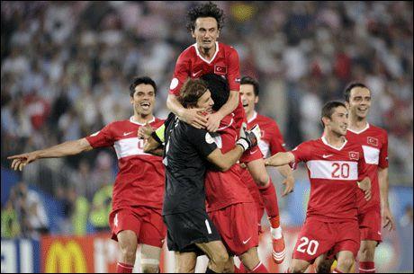 JUBEL: Tyrkia kunne juble etter 119 kjedelige og noen svært spennende minutter. Foto: AP