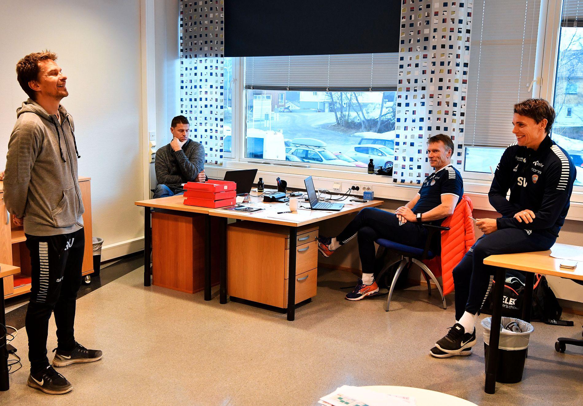 CELEBERT BESØK: Tromsø – og sportssjef Svein Morten Johansen (t.v.) – har hatt celebert besøk fra England de siste dagene. To representanter fra Manchester Uniteds akademi har gjestet Tromsø.