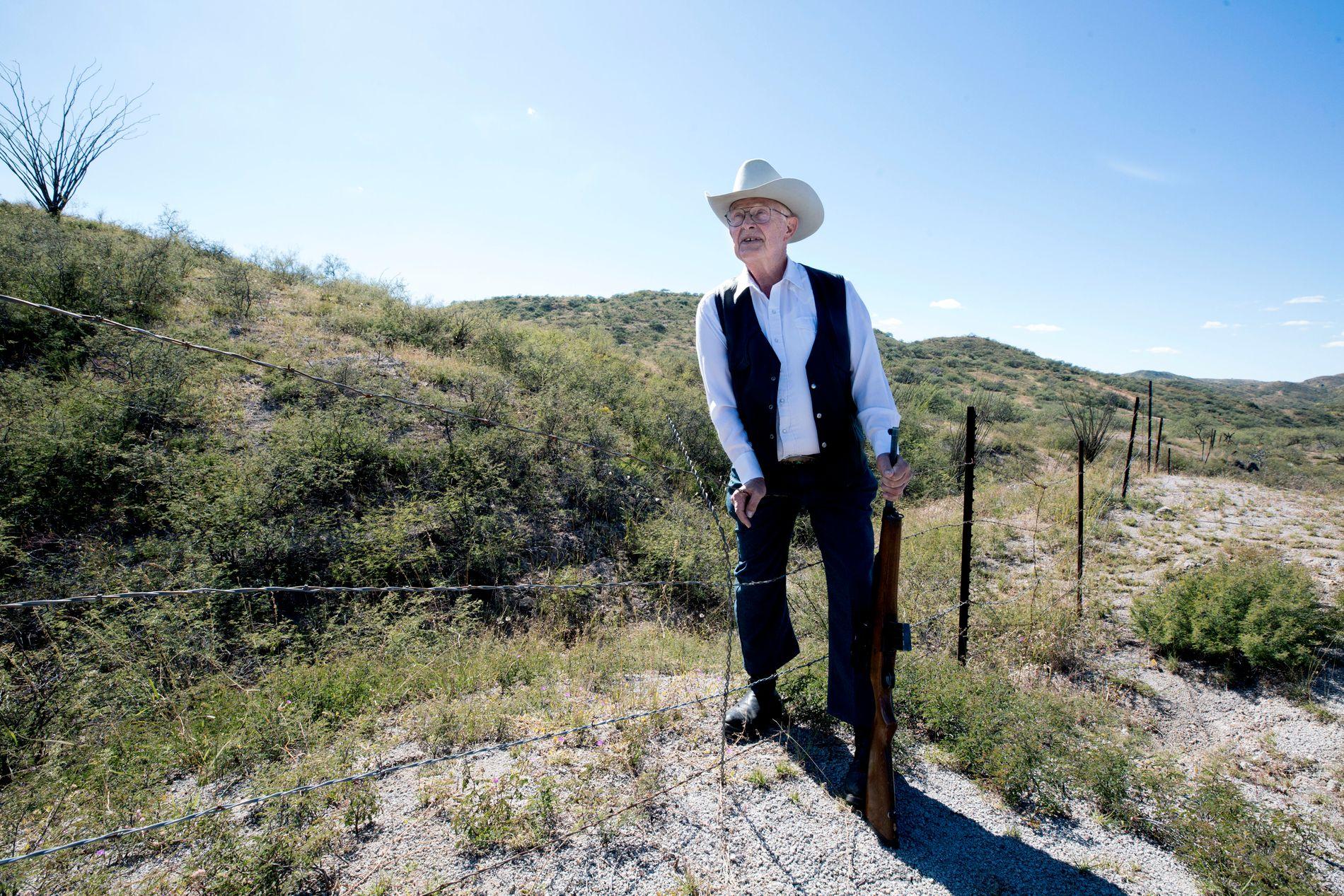 EN FOT I BEGGE LEIRE: Jim Chilton er 79 år gammel, men har ingen problemer med å passere grensen på noen få sekunder.