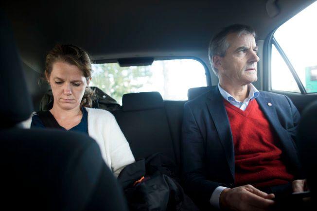 HEKTISK: Fra baksetet i bilen jobber Støre sammen med sin rådgiver Camilla Ryste for å håndtere mediehenvendelser og utspill i valgkampen.