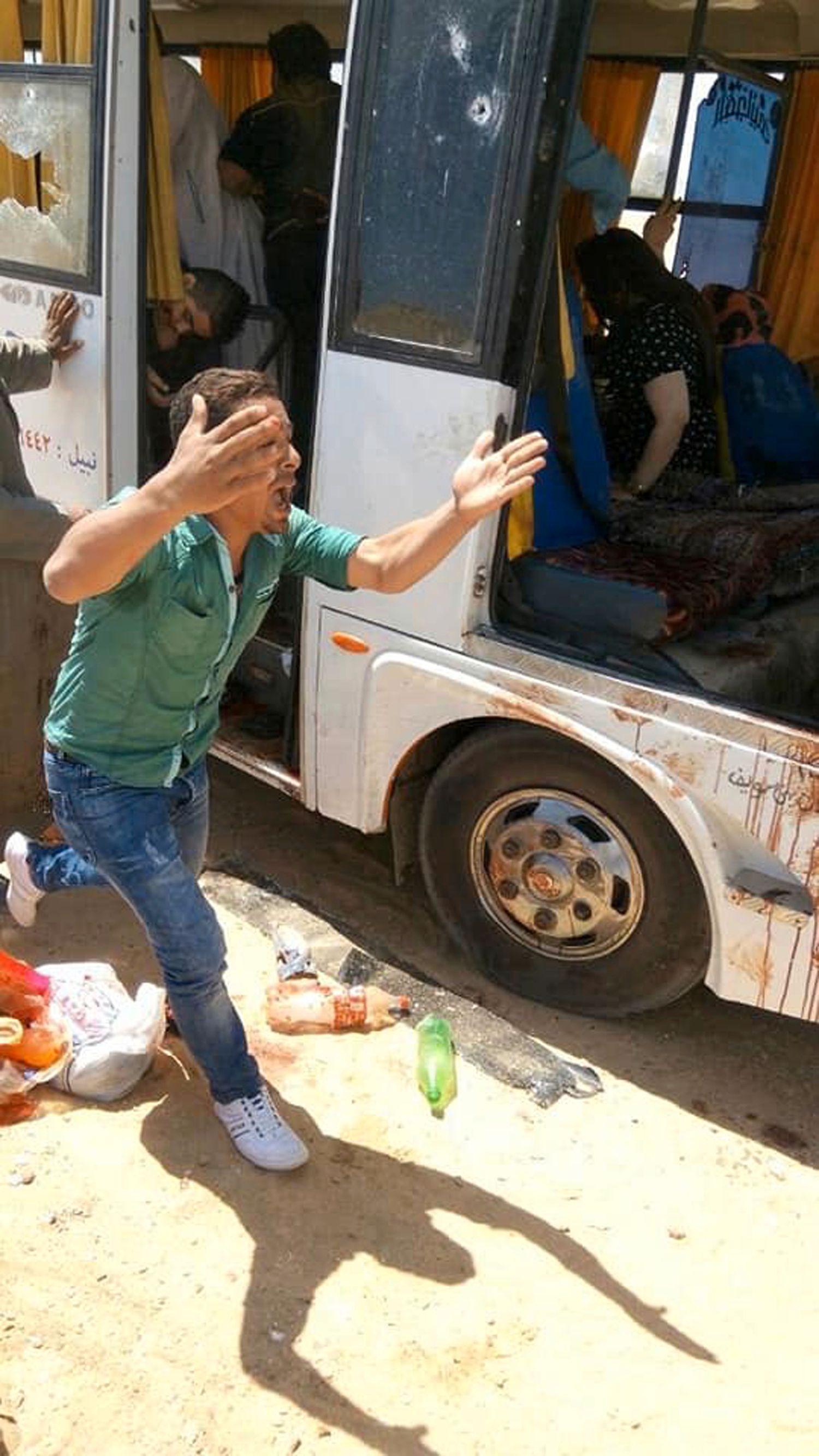 DØDELIG: Minst sju personer ble drept og 19 skadd da busser med kristne koptiske pilegrimer ble angrepet på vei til et kloster.