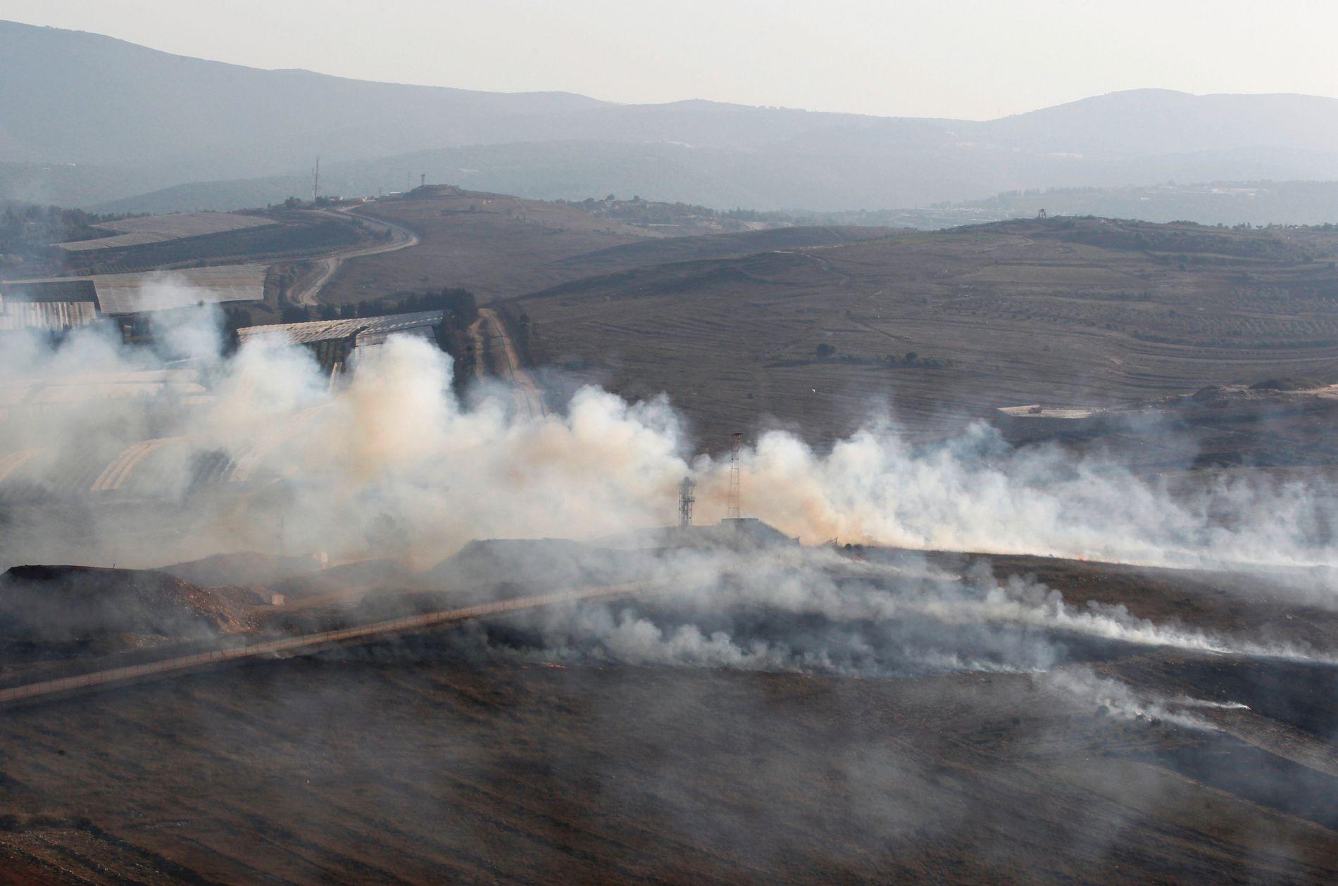 ISRAEL SVARER: Bildet viser røyk som stiger fra granater som er avfyrt fra Israel i Maroun Al-ras i Libanon, på den israelsk-libanesiske grensen.