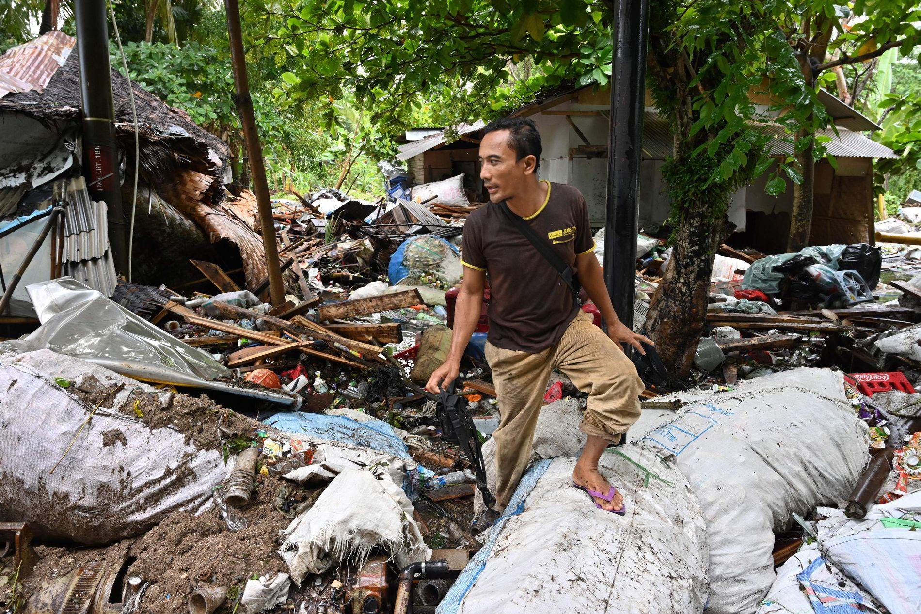 LETER ETTER KROPPER: Asep Sunaria (42) leter etter savnede mennesker han kjenner i landsbyen Carita i Banten-provinsen i Indonesia julaften. Området var det som ble hardest rammet av tsunamien.