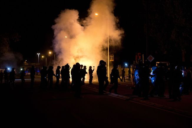 OPPTØYER: I august oppstod voldelige opptøyer rundt asylmottaket i den øst-tyske byen Heidenau. Her sikrer lokalt politi mottaket fra høyreradikale demonstranter.