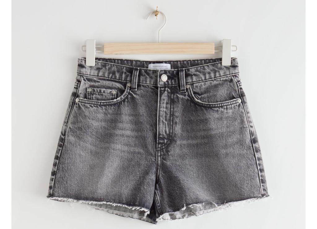 https://track.adtraction.com/t/t?a=1305927901&as=1338715118&t=2&tk=1&epi=SVARTDENIM&url=https://www.stories.com/en_nok/clothing/shorts/product.raw-high-waist-denim-shorts-grey.0859128002.html