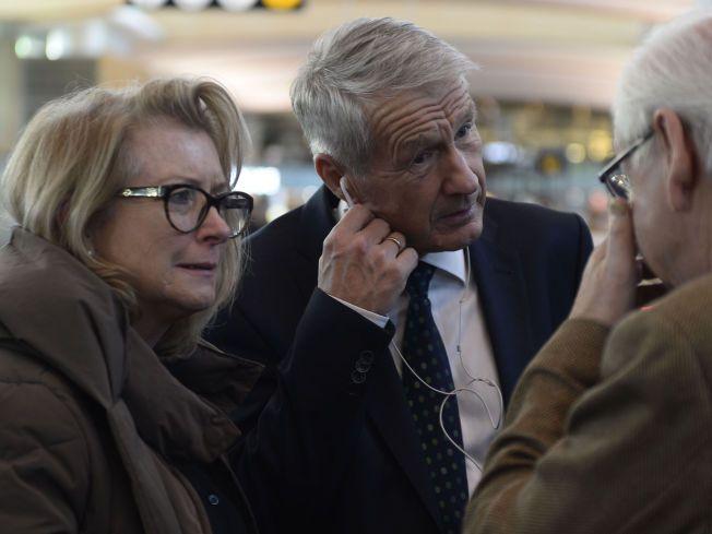 PÅ REISE: Thorbjørn Jagland (midten) var tirsdag ettermiddag på Gardermoen sammen med sine kone Hanne Grotjord. Der gikk de om bord på et fly til Frankfurt.