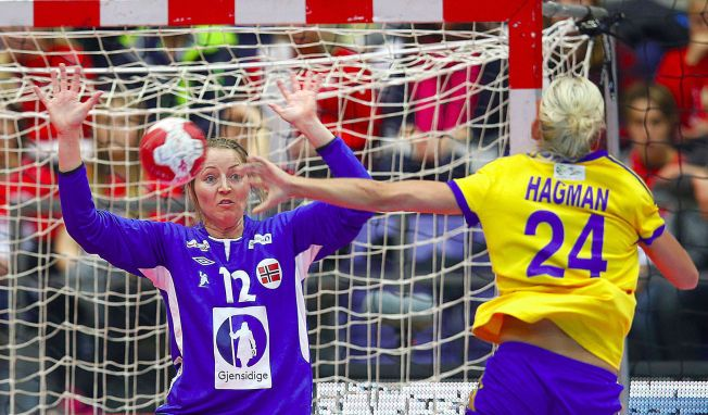 104b84a0 REDDET 10: Silje Solberg i aksjon mot Sveriges Nathalie Hagman. Den norske  keeperen reddet nesten halvparten av de svenske skuddene i 2. omgang.