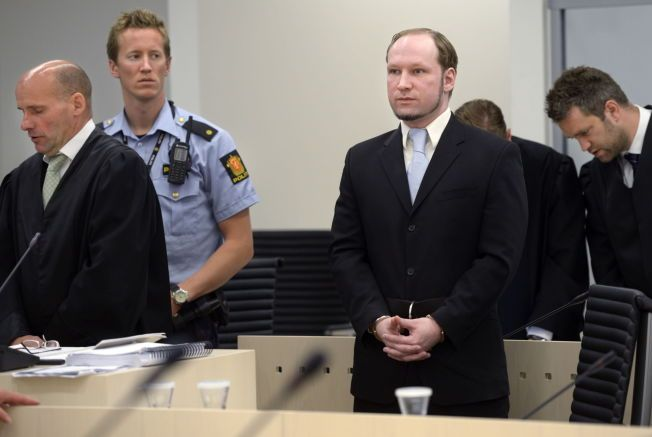 ISOLERES: Her er Anders Behring Breivik avbildet i Oslo tingrett i 2012. T.v. forsvarer Geir Lippestad.