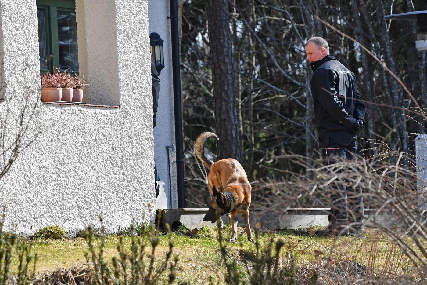 UNDERSØKELSER: Politiet gjorde nye søk ved eneboligen i Sloraveien i april.