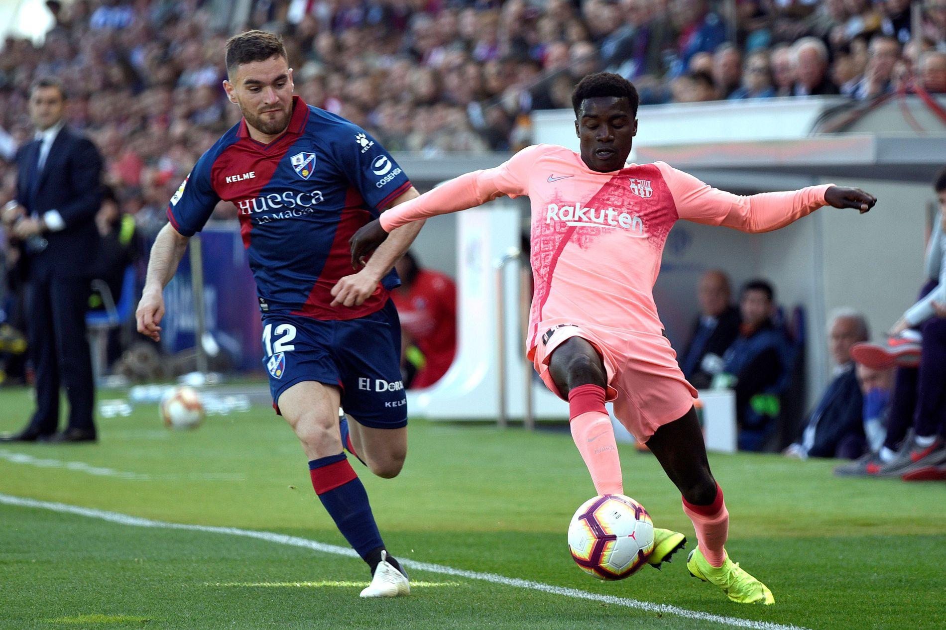 HØYREBACK: Moussa Wagué (t.h.) fikk tre La Liga-kamper for Barcelona forrige sesong. Her mot Huesca og Javier Galan den 13. april i år.