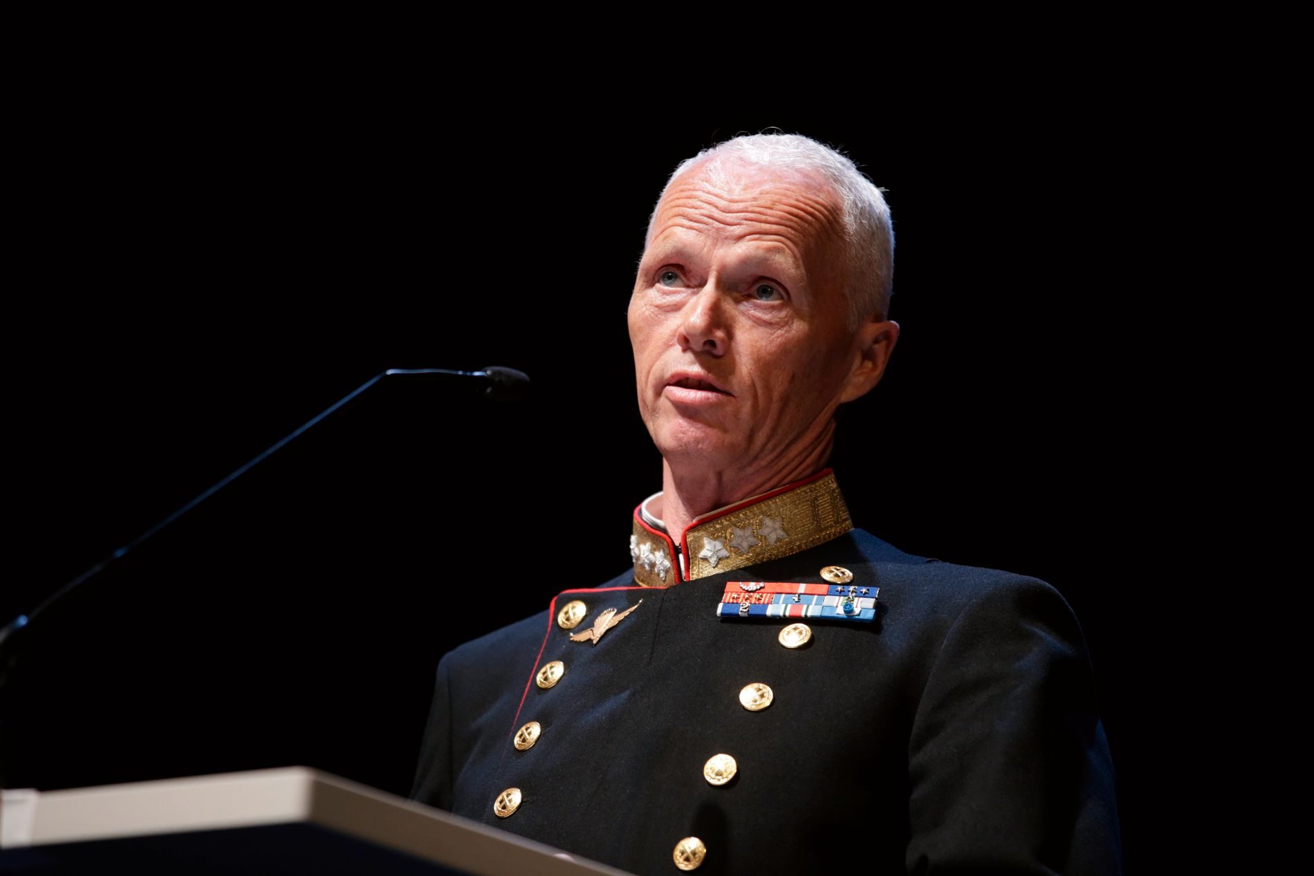 KRITISK PRISVINNER: Generalløytnant Robert Mood mottok Fritt Ords Pris for 2016 fra styreleder Georg Fredrik Rieber-Mohn på Operaen i Oslo tirsdag kveld.
