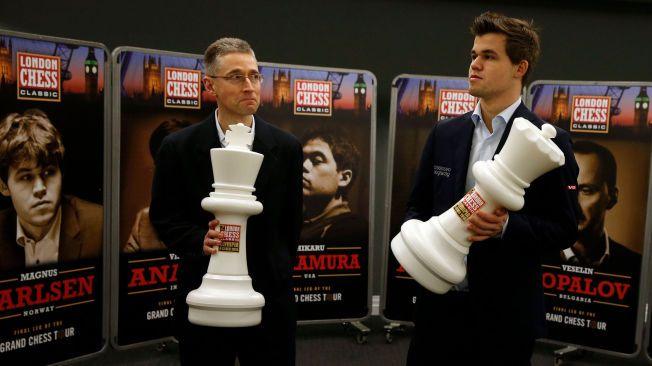 SEKUNDANT: Michael Adams (t.v.) kjenner Magnus Carlsen fra tidligere samarbeid. Briten var sekundant for Magnus Carlsen under VM-kampen mot Viswanathan Anand i fjor.
