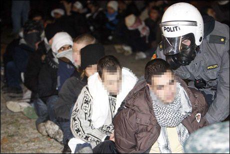 MANGE UNGE: Politiet innbragte totalt 160 personer etter bråket i Oslo i går. Minst 10 av dem var under 16 år gamle. Nå hevder flere involverte at Blitz skal ha hisset opp stemningen. Foto: SCANPIX