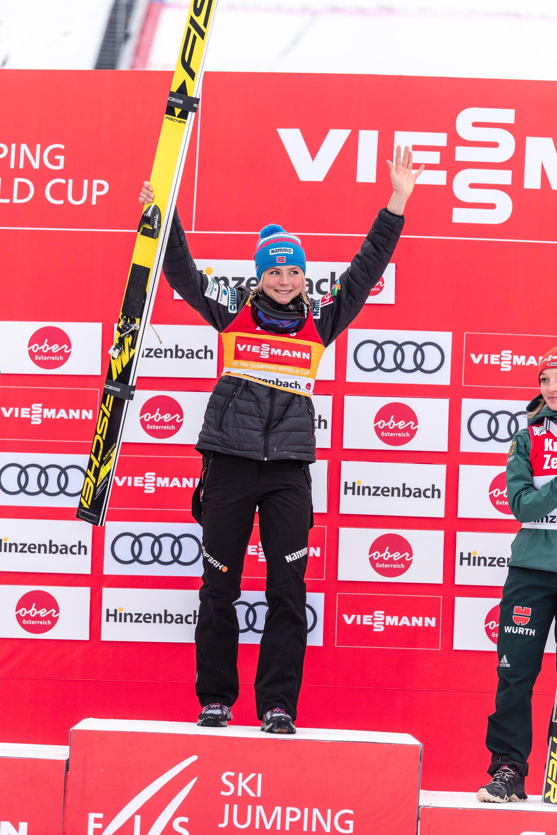ØVERST: Maren Lundby jubler for seieren i østerrikske Hinzenbach.