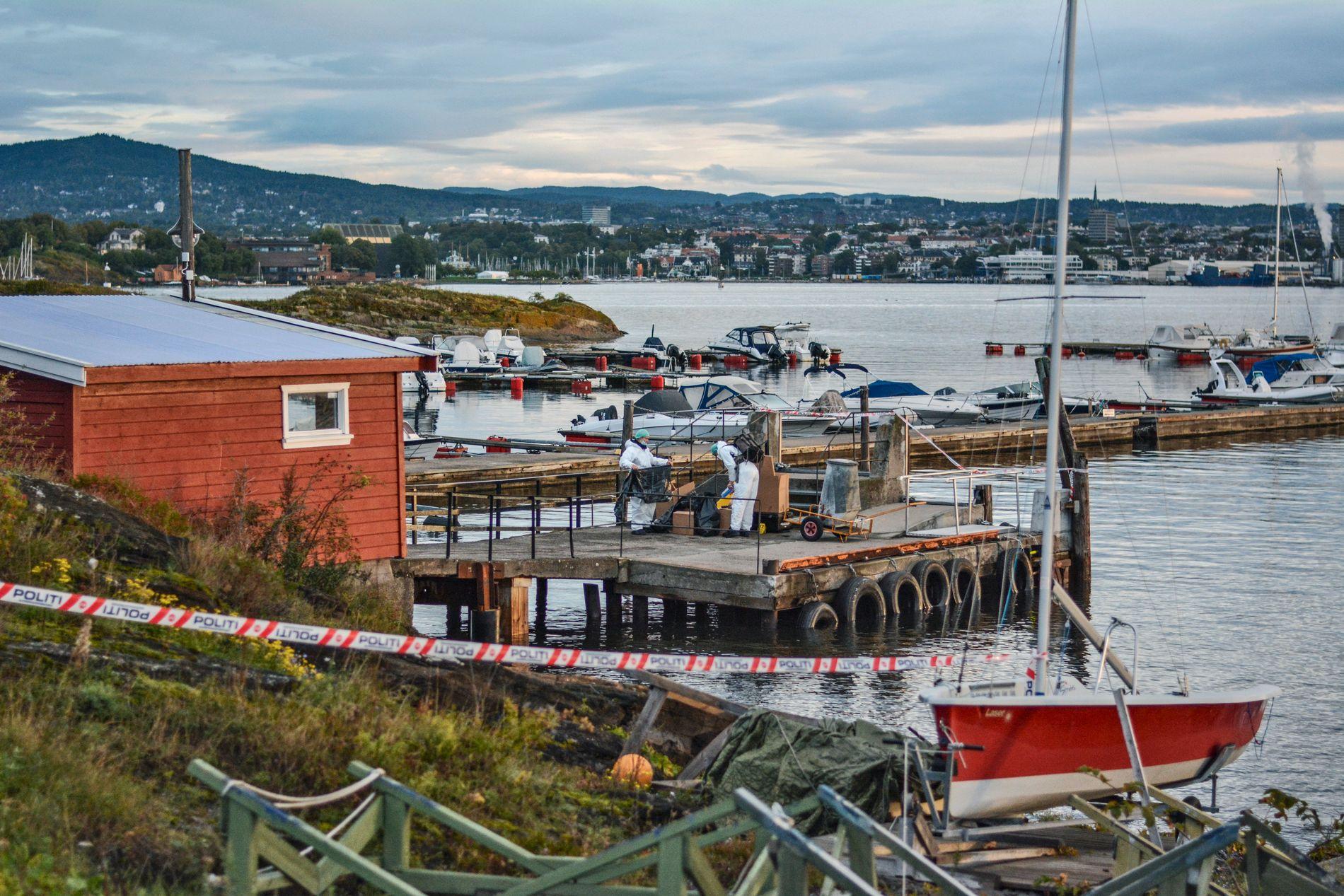 NAKHOLMEN: Det var på Nakholmen i Oslofjorden at drapet fant sted. Her jobber krimteknikere på kaia dagen etter drapet, hvor man også kan se en søppeldunk med blod på.