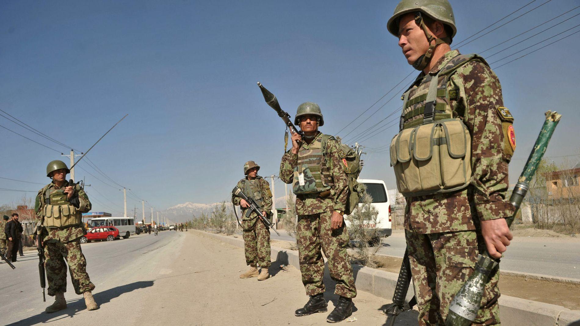 MULIGE BUDSJETTAPERE: Disse gutta patruljerer et område like utenfor USAs militære hovedbase i Kabul, Cap Phoenix.