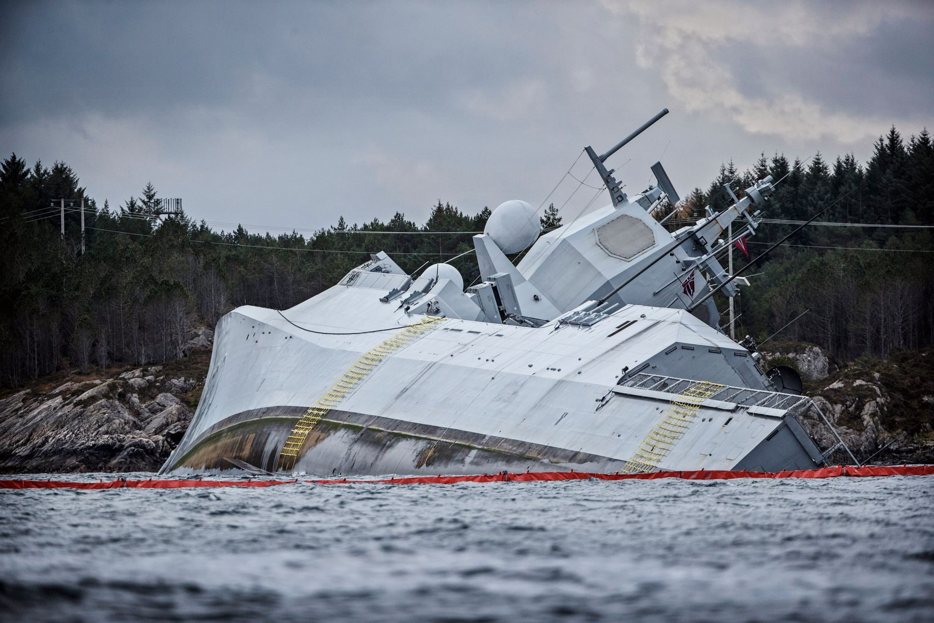 FREGATTEN: «Helge Ingstad» fikk en stor flenge i skroget og sto i fare for å gå ned. Forsvaret jobber nå tett med Kystverket for å berge fartøyet.