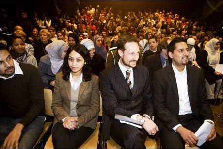 I SALEN: Kronprins Haakon var til stede på Dialogmøte om hat som ble arrangert av advokat og Venstre-politiker Abid Q. Raja på Litteraturhuset i Oslo søndag. Foto: Scanpix